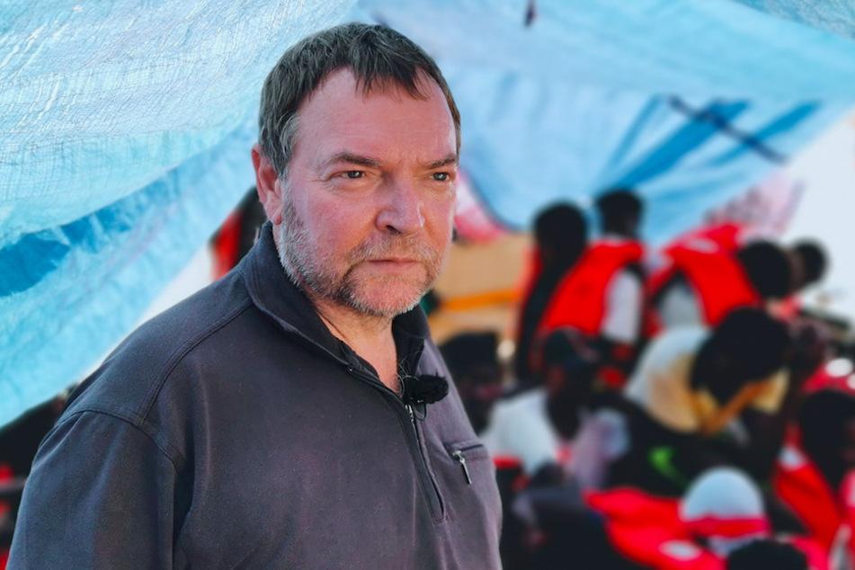 """Kapitän Claus-Peter Reisch (60) im Jahr 2019 auf dem Deck des Rettungsschiffes """"Eleonore""""."""