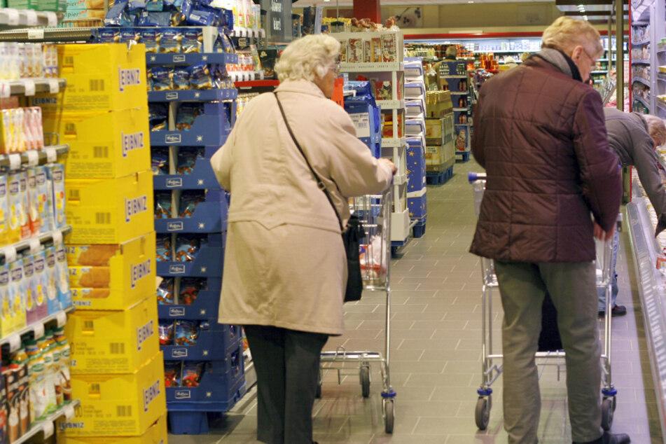 Ältere Menschen kaufen, obwohl sie zur Risikogruppe gehören, trotz Corona-Krise ein. (Symbolbild)