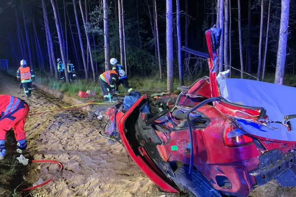 Ein roter Volvo verunglückte.