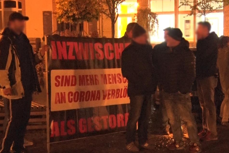 In Annaberg-Buchholz protestierten am Montagabend mehrere Personen gegen die Coronamaßnahmen.
