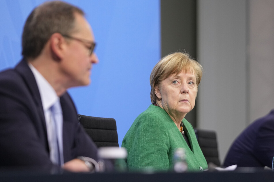 Bundeskanzlerin Angela Merkel (r., 66, CDU) und Berlins Regierender Bürgermeister Michael Müller (l, 56 SPD) nehmen an einer Pressekonferenz im Kanzleramt nach den Beratungen von Bund und Ländern teil.