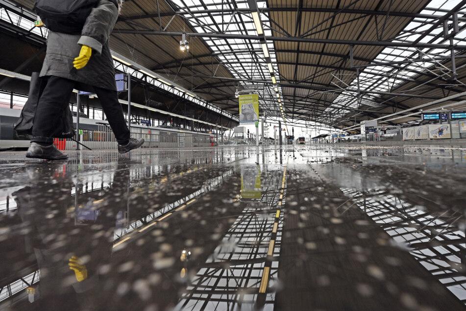 Reisende, Mitarbeiter von Geschäften und andere Menschen mussten den Erfurter Hauptbahnhof verlassen.