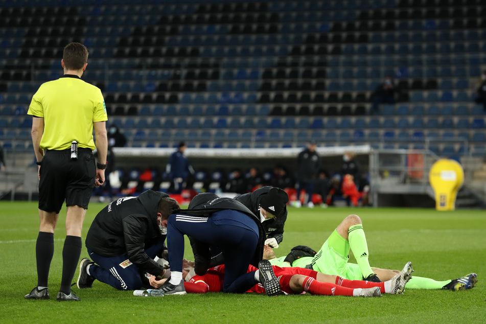 Nach einem Zusammenprall von Unions Torhüter Luthe und Abwehrspieler Ryerson musste die Partie für acht Minuten unterbrochen werden.