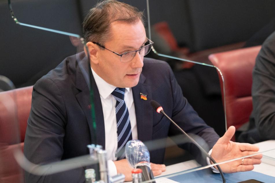Tino Chrupalla (45), Bundessprecher der AfD, spricht während einer Pressekonferenz im niedersächsischen Landtag.