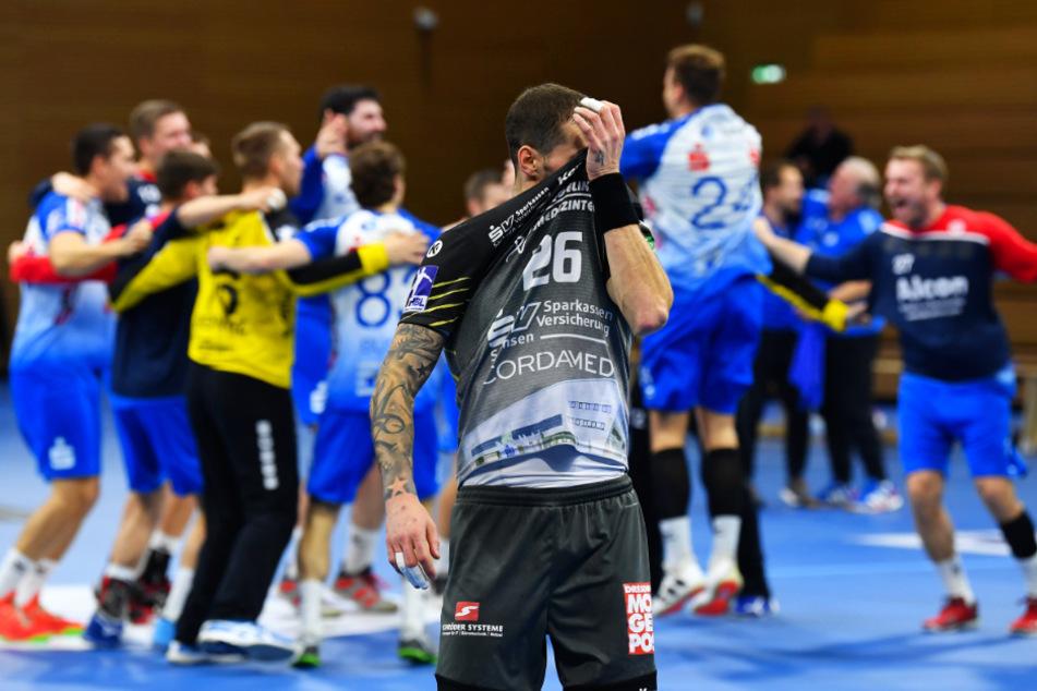 Die Spieler aus Großwallstadt tanzten nach dem Auswärtssieg im Kreis, Dresdens Marek Vanco zieht sich frustriert das Trikot vors Gesicht.