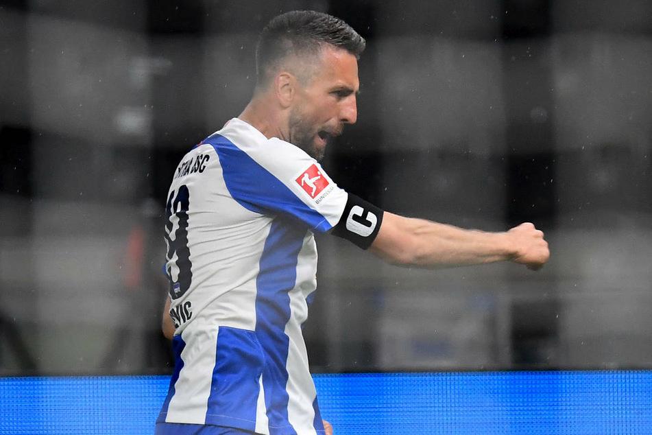 In der vergangenen Saison jubelte Vedad Ibisevic (36) noch als Kapitän in Diensten von Hertha BSC. Nach seinem Wechsel ist der Stürmer mittlerweile beim FC Schalke 04 in Ungnade gefallen.