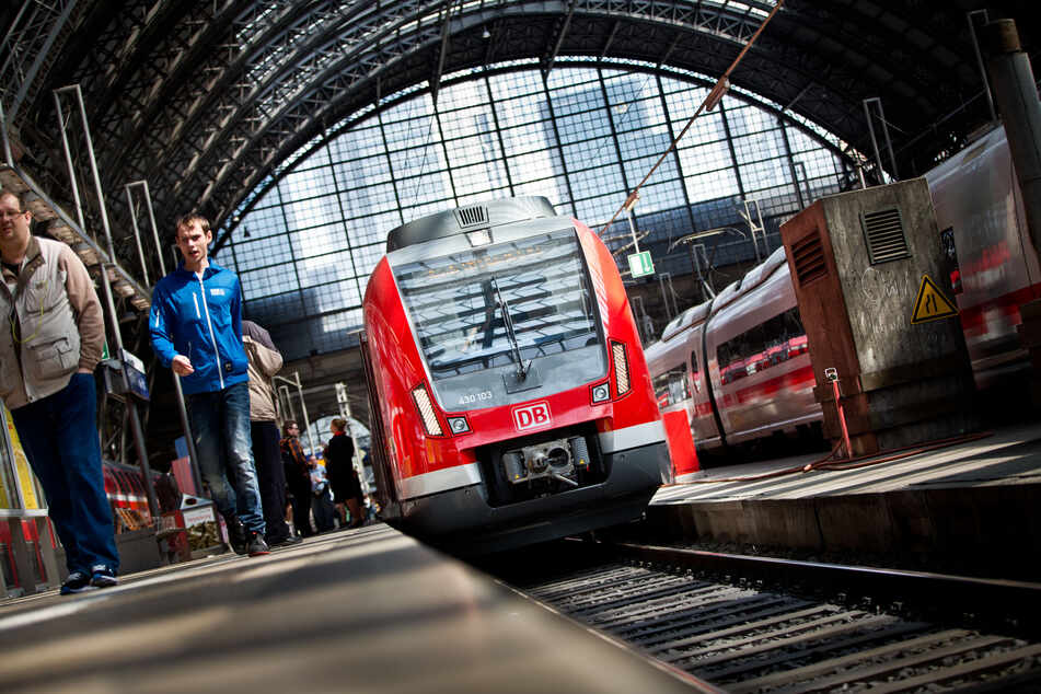 """Güterzug verliert verdächtiges """"weißes Pulver"""": Massive Störungen im Zugverkehr"""
