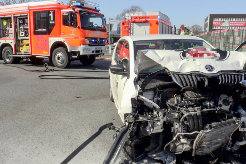 Lieferwagen kracht mit BMW in Langenfeld zusammen