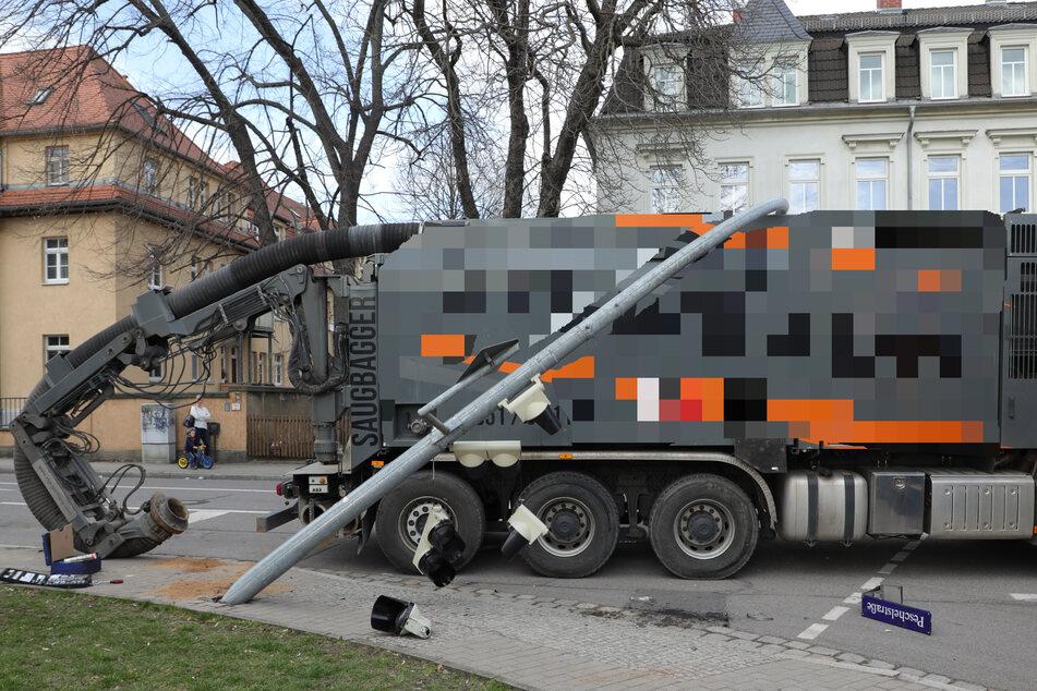 Nahe Elbe Park: Saugbagger fällt Ampelmast