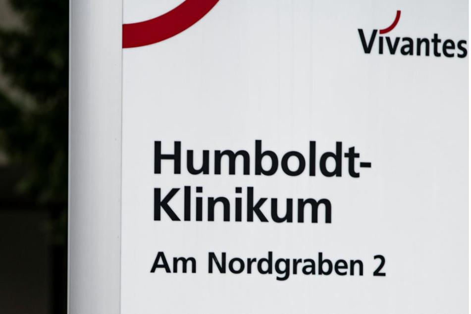 Die Zahl der Nachweise an zwei Berliner Vivantes-Kliniken ist nach dem Ausbruch einer ansteckenderen Coronavirus-Variante auf 36 gestiegen.