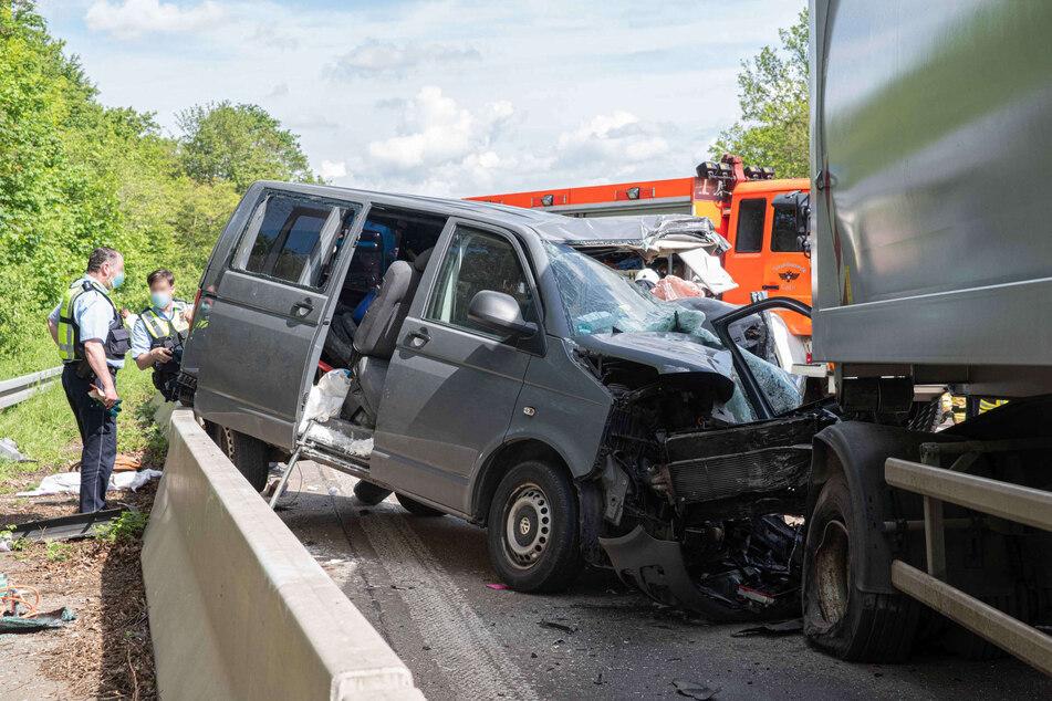 Vater und Sohn nach Unfall auf der A555 schwer verletzt: Autobahn Richtung Bonn gesperrt