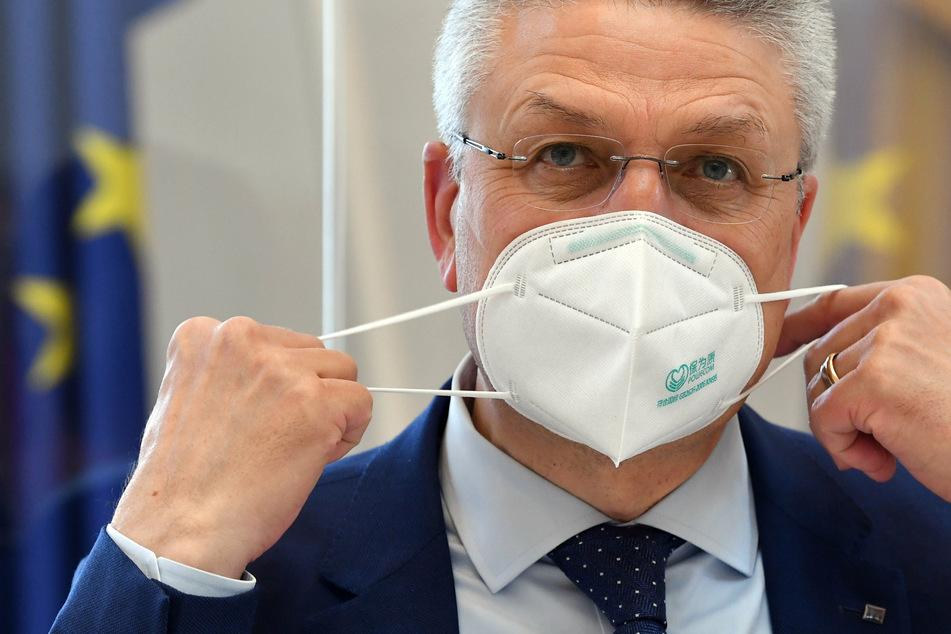 Lothar Wieler, Präsident des Robert Koch-Instituts, nimmt vor seiner Befragung im Untersuchungsausschuss zur Corona-Krisenpolitik der Brandenburger Regierung seine FFP2-Maske ab.