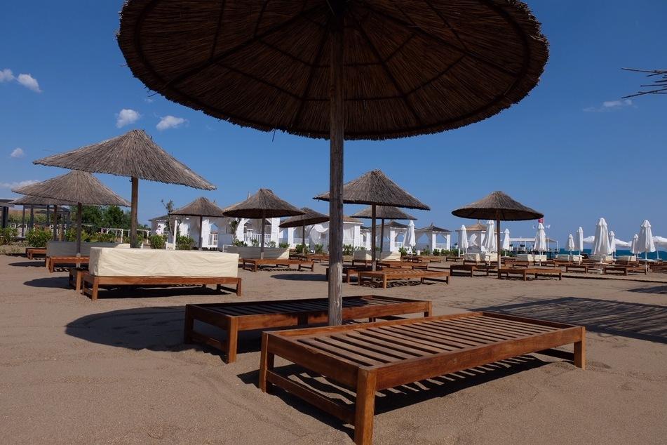 Ein leerer Strand einer türkischen Hotelanlage in Antalya. Für die Türkei gilt nach wie vor eine Reisewarnung wegen des Coronavirus. (Archivbild)