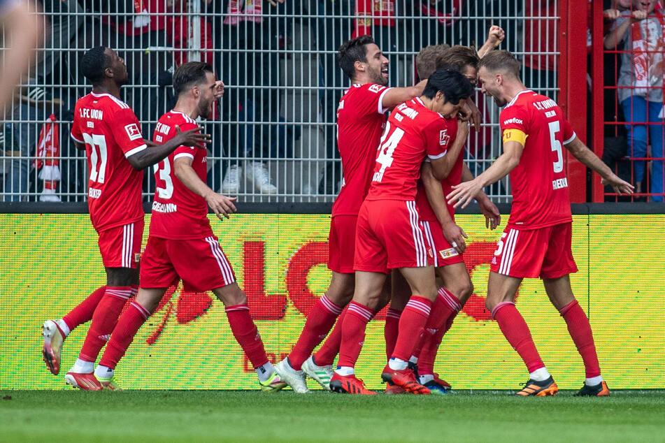 Berlins Kevin Behrens (2.v.r) jubelt nach seinem 1:0 Treffer mit Teamkollegen Sheraldo Becker (l-r), Niko Gießelmann, Rani Khedira, Genki Haraguchi und Marvin Friedrich (r).