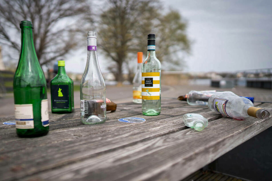 Flaschen stehen und liegen auf einer Bank am Tiefen See in Potsdam. Brandenburg hat am Samstag eine nächtliche Ausgangsbeschränkung beschlossen.