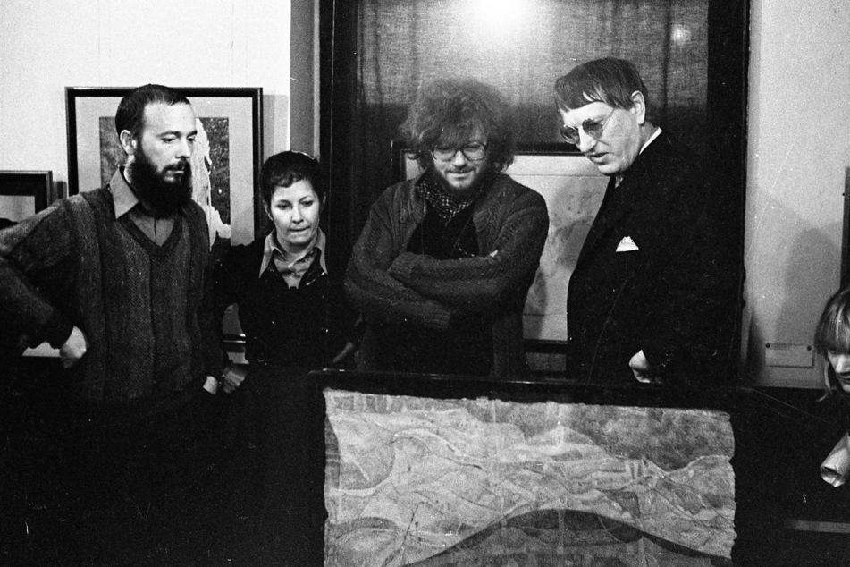 Die Künstler Thomas Ranft (v.l.), Dagmar Ranft-Schinke, Gregor-Torsten Kozik und Gerhard Altenbourg in der Galerie, 1981.