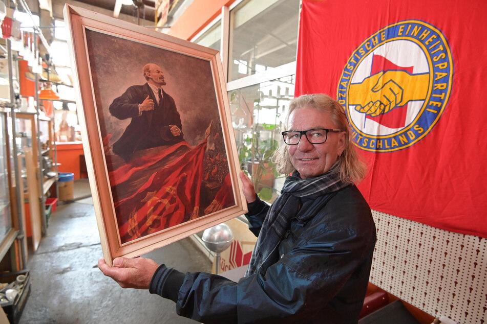 Lenin für die Wand? SBS-Chef Jörg Schaarschmitt (51) mit einem Gemälde für eine Filmproduktion.