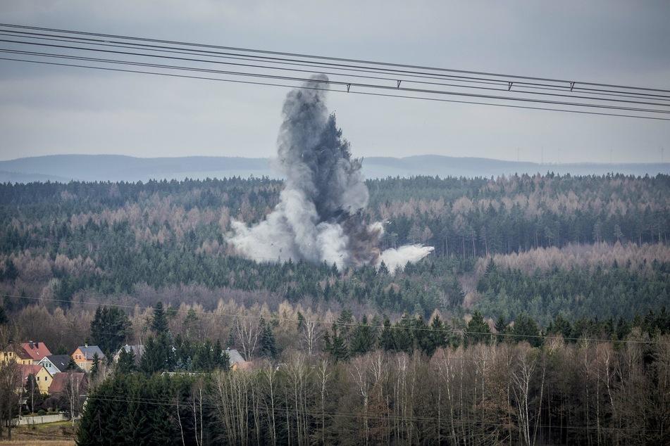 So explosiv kann's bei einer Sprengung in der Dippser Heide zugehen. Das Foto stammt von einem Einsatz im Jahr 2014. (Archivbild)