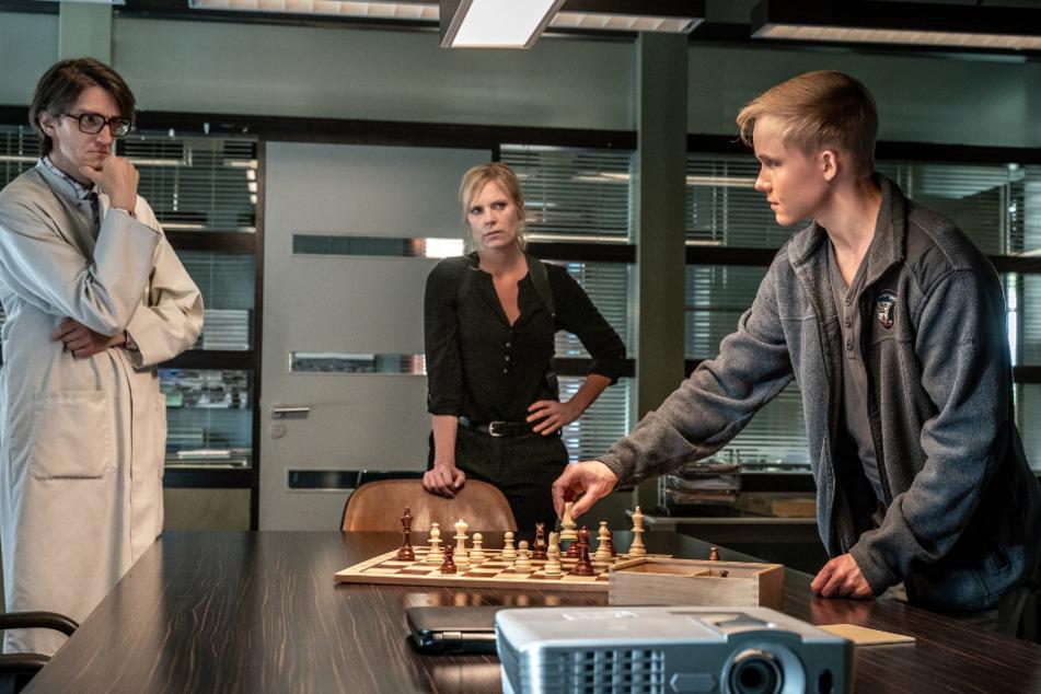 Lorenz Rettig, Ina Zimmermann und Roman Polatkin bei einer Partie Schach.