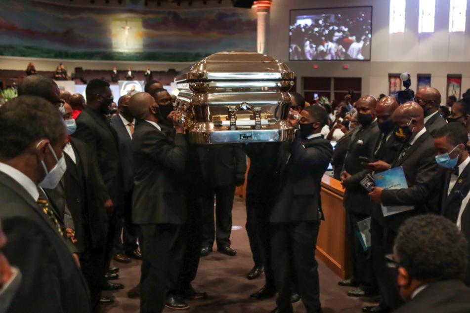 Sargträger verlassen die Kirche mit dem Sarg von George Floyd.