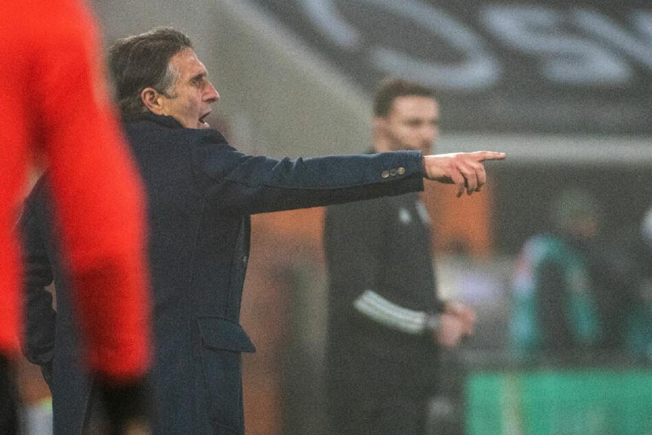 Bruno Labbadia coacht sein Team im Spiel gegen den FC Augsburg engagiert von der Seitenlinie aus.