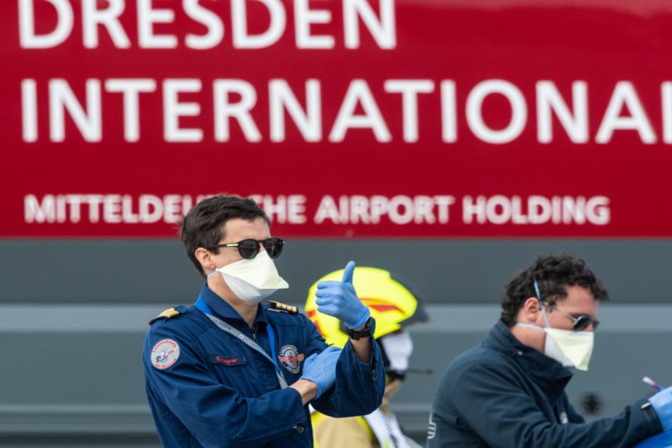 """Daumen hoch zeigt der Pilot Eric Wagner von der """"Luxembourg Air Rescue"""" nach seiner Landung eines Ambulanzflugzeugs der """"Luxembourg Air Rescue"""" vom Typ Learjet 45."""
