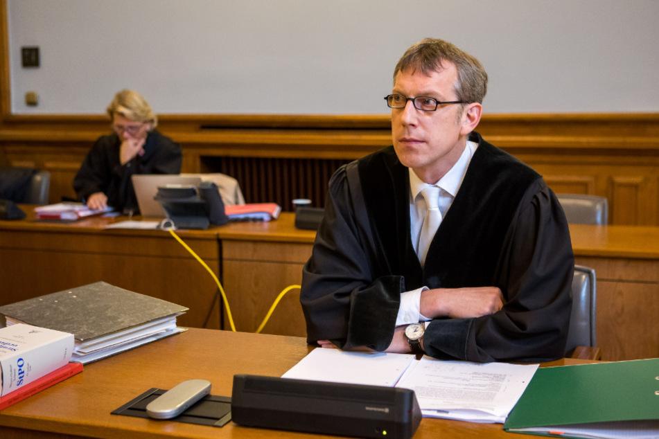 """Oberstaatsanwalt Ulrich Jakob sprach bei der Anklageverlesung von einer Tat """"auf sittlich tiefster Stufe""""."""