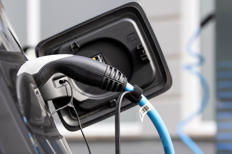 Die Versorgung mit öffentlichen Ladesäulen spielt bei der Verbreitung von Elektroautos offenbar keine entscheidende Rolle. (Symbolbild)