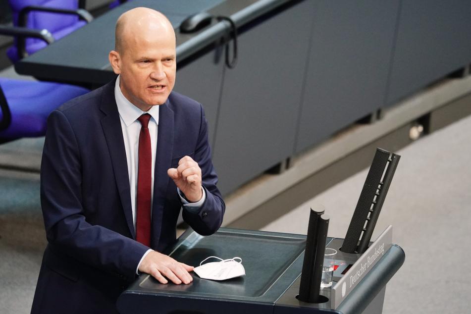 Ralph Brinkhaus (52) spricht im Bundestag zur Corona-Pandemie und zum Europäischen Rat.