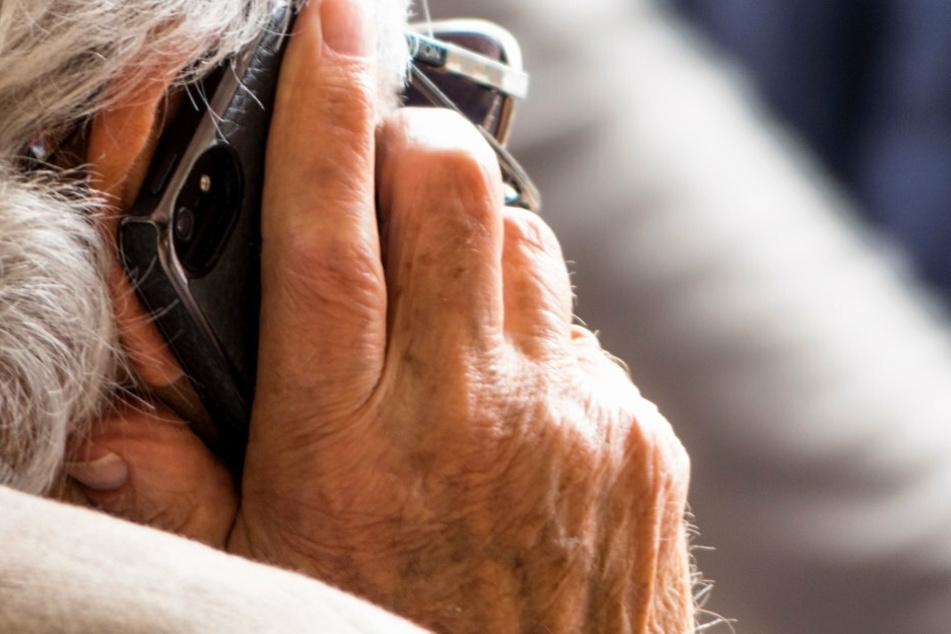 Senioren seien laut Anklage von einem Callcenter im Ausland aus angerufen worden. (Symbolbild)