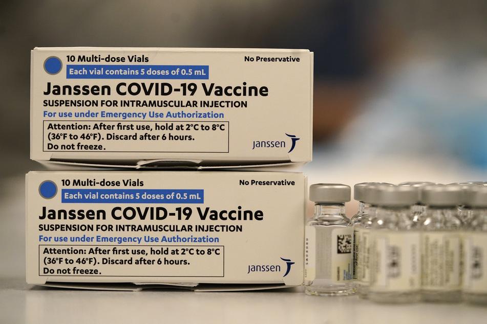 Zwei übereinander gestapelte Verpackungen des Corona-Impfstoff des US-Pharmakonzerns Johnson & Johnson.