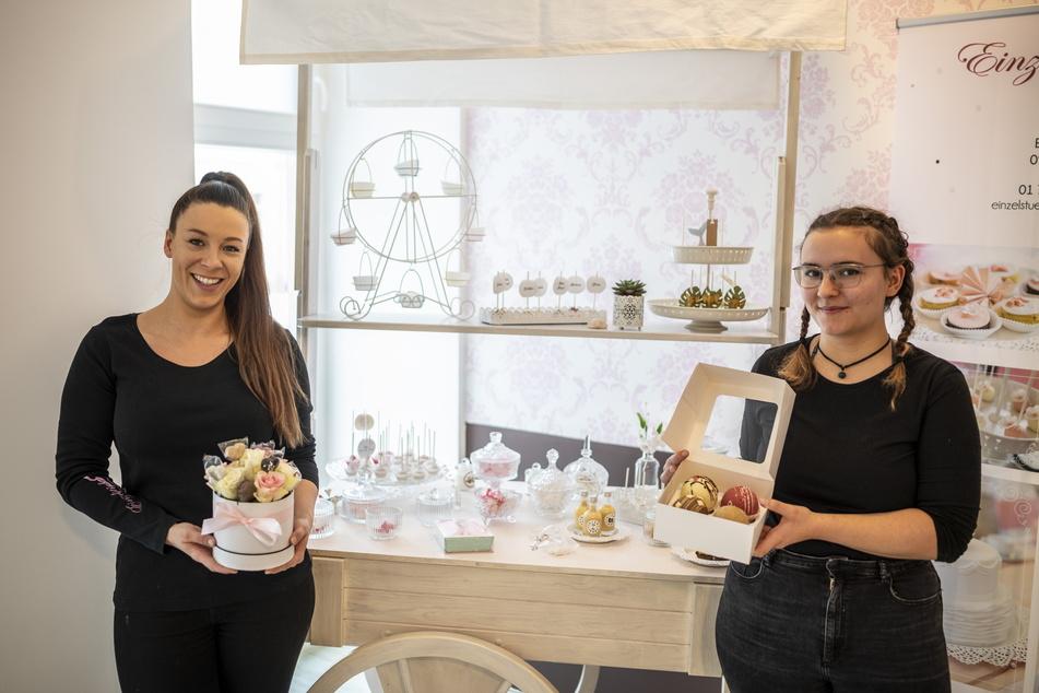 """Janette Graf (31, l.) und Siselia Mädler (23) bereiten im """"Einzelstücke"""" Blumenboxen und Schoko-Bomben vor."""