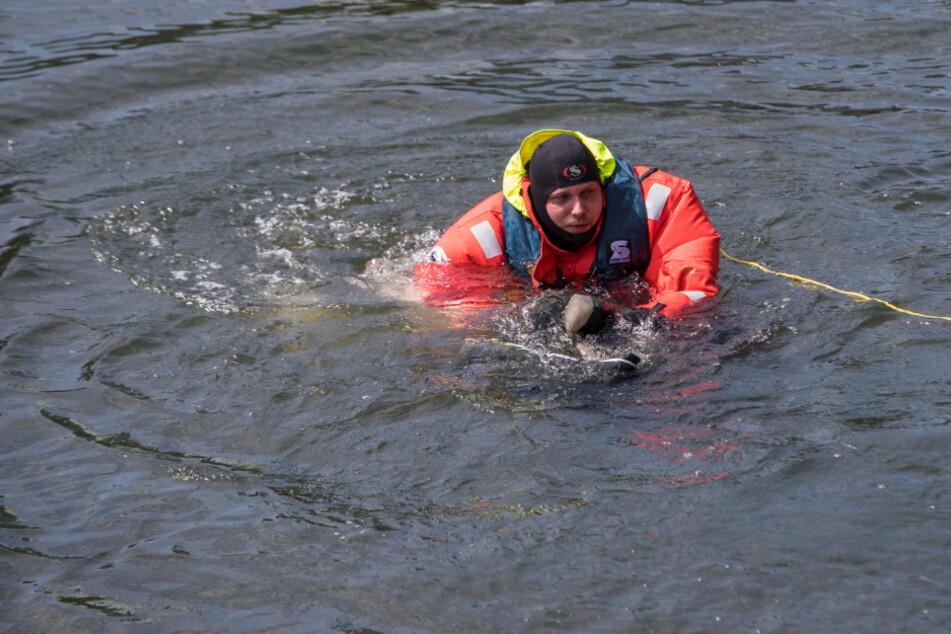 Feuerwehrmann springt nach Notruf sofort ins Wasser, doch was zieht er an Land?