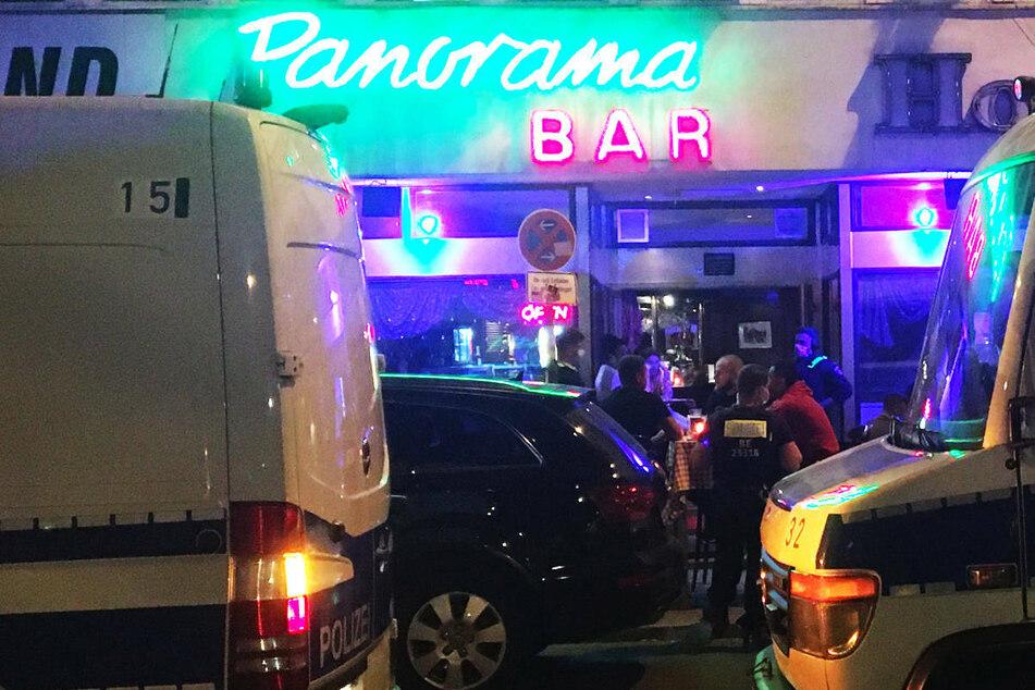 """Polizisten stehen vor dem Hotel am Eingang der hauseigenen """"Panorama Bar""""."""