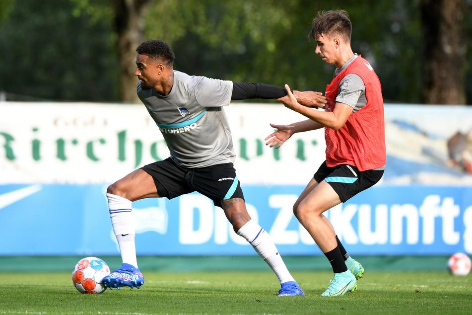 Kevin Prince Boateng (34, ll) kommt im Trainingsspiel vor Jonas Michelbrink (20) an den Ball. In der laufenden Regionalliga-Saison kam der 20-Jährige acht Mal für die U23 der Hertha zum Einsatz.