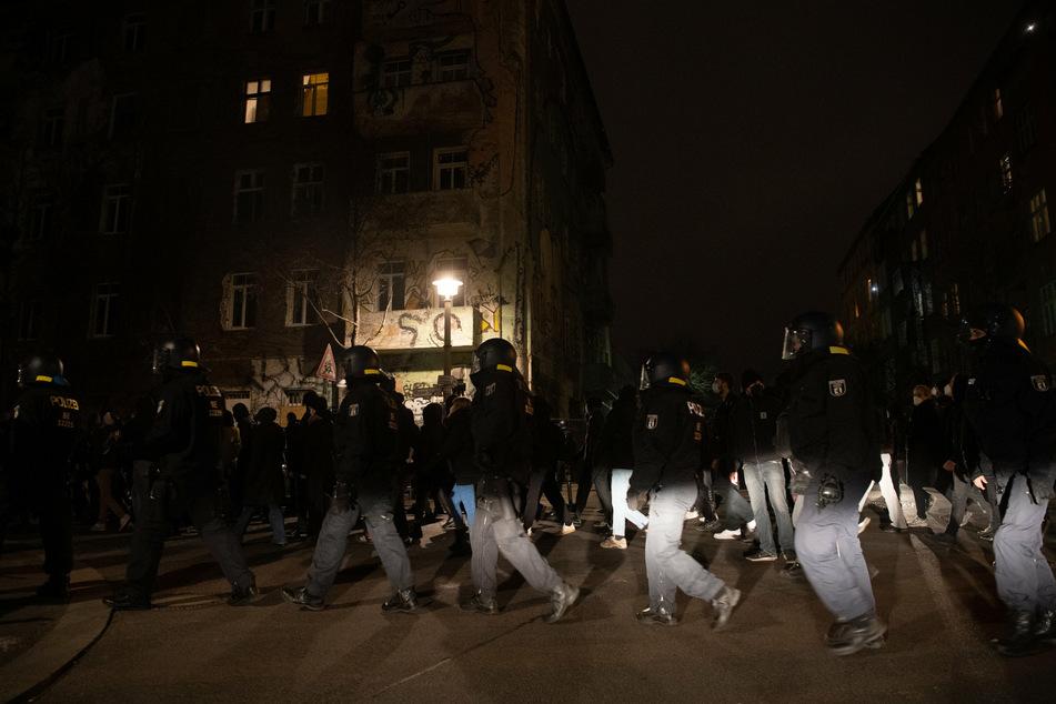 """Polizisten begleiten am Dienstagabend Demonstranten in der Rigaer Straße, die gegen die Räumung der Szene-Kneipe """"Meuterei"""" protestieren."""