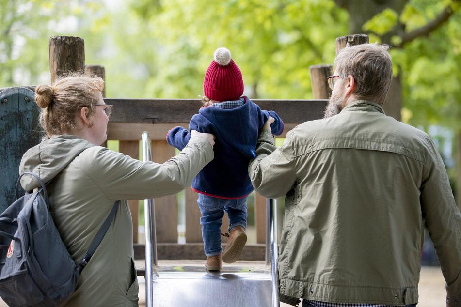Wer ein Kind adoptieren möchte, hat ab dem 1. April mehr Rechte. (Symbolbild)