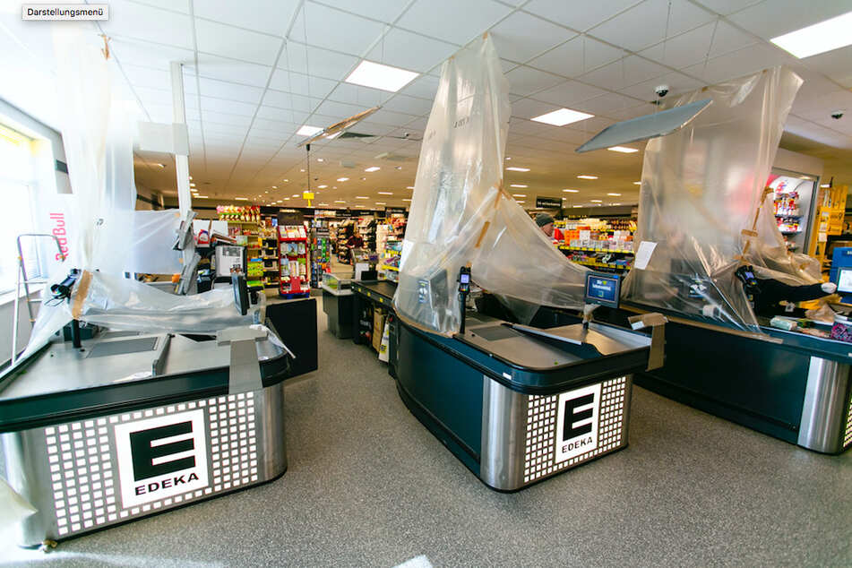 Anstand mit Abstand: Supermärkte rüsten wegen Corona auf