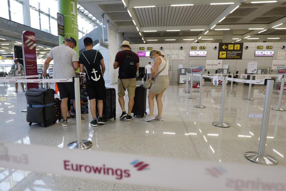 Reisende am Flughafen Palma de Mallorca.