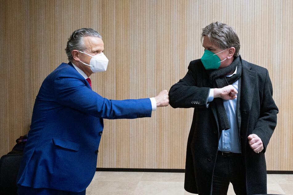 Frank Nopper (59, CDU, l.), Oberbürgermeister von Stuttgart und Baden-Württembergs Gesundheitsminister Manfred Lucha (60, Grüne) begrüßen sich bei der Sondersitzung des Innenausschusses.