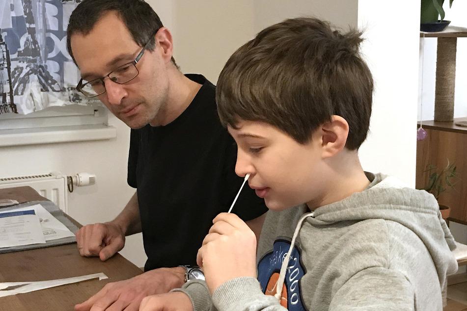 In Österreich kommen bereits seit Januar Corona-Selbsttests für Schüler und Lehrer zum Einsatz. Hier führt Tim (9) unter der Aufsicht seines Vaters einen Selbsttest durch.