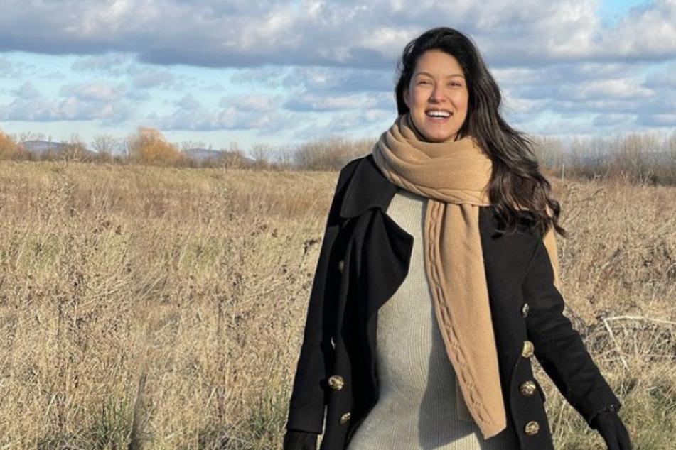 Rebecca Mir (29) strahlt bei einem Spaziergang in die Kamera.