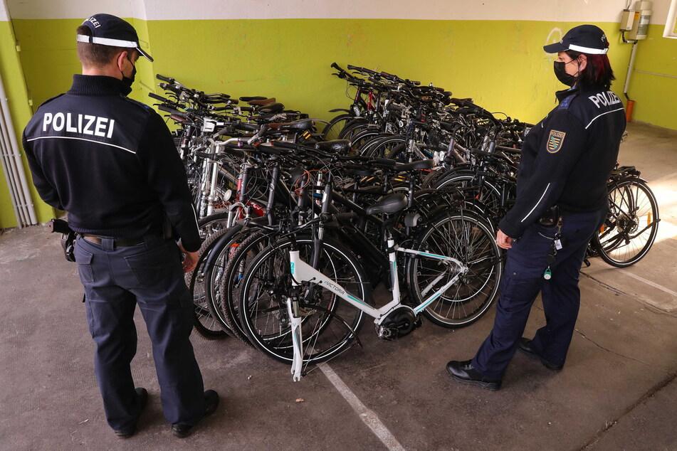 Polizisten stehen vor sichergestellten Fahrrädern. In Leipzig wird das Verschwinden von 361 solcher Drahtesel geprüft.