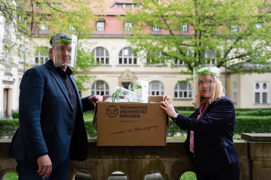 Stellvertretend für den biosaxony e.V. und DRESDEN-concept übergibt André Hofmann die Visiere an Dr. Iris Minde, die Geschäftsführerin des Klinikums St. Georg.