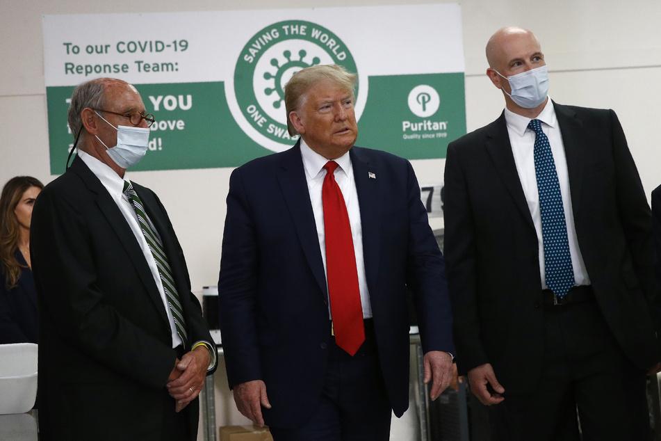 Donald Trump, Präsident der USA, besucht einen Hersteller für medizinische Produkte im US-Bundesstaat Maine. Mundschutz? Das sucht man in seinem Gesicht vergebens.