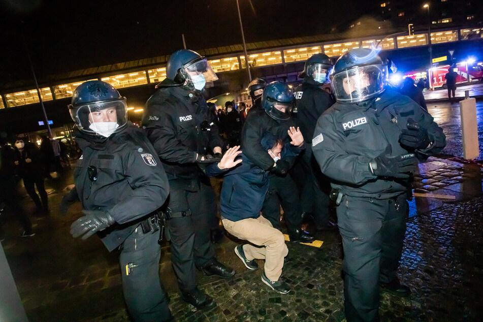 48 mutmaßliche Randalierer wurden festgenommen.