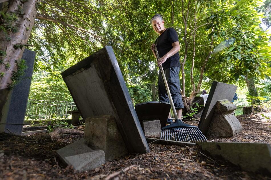 Mike Hähle entfernt mit einem Rechen den Unrat vom Grab einer erfolgreichen Chemnitzer Kaufmannsfamilie.