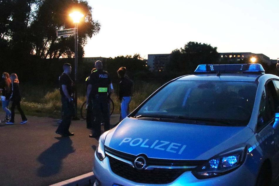Polizeibeamte befragen Zeugen in der Nähe des Tatorts im Jelena-Santic-Friedenspark in Berlin-Hellersdorf.