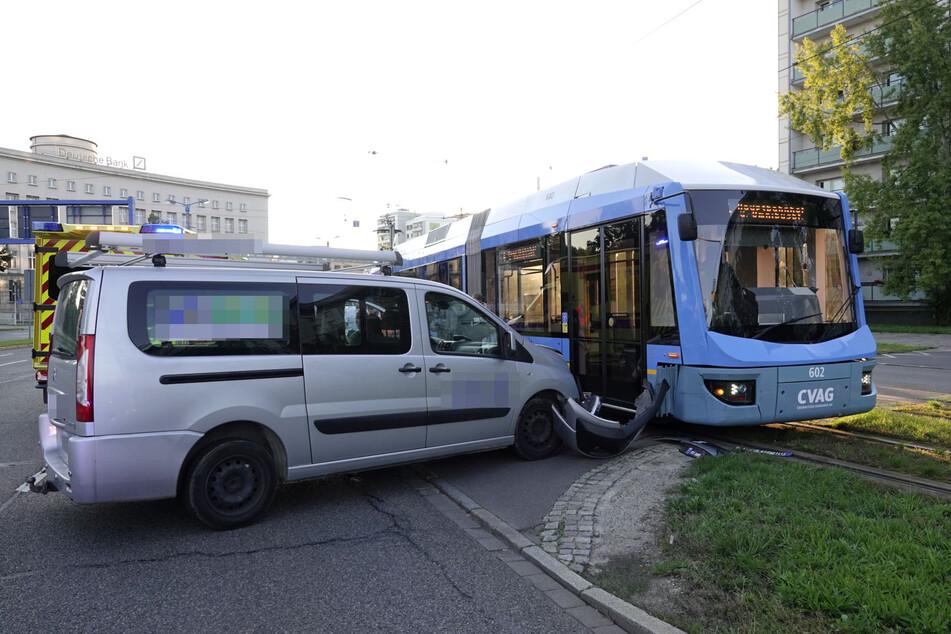 Am Montagabend krachte ein Citroen mit einer Straßenbahn in Chemnitz zusammen.