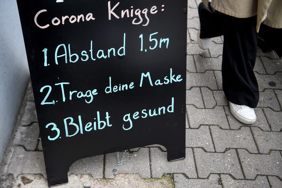"""Ein Schild mit dem """"Corona-Knigge"""" für richtiges Benehmen während der Krise in Berlin. Die Zahl der Neuinfektionen in Deutschland ist rückläufig."""